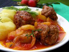 Mleté maso smícháme s vejcem, solí, pepřem a přidáme tolik strouhanky, aby šly dobře udělat kuličky. Na hlubší pánvi rozehřejeme olej a kuličky… Czech Recipes, Ethnic Recipes, Snack Recipes, Snacks, Menu, Treats, Dinner, Czech Food, Meatball