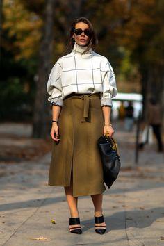 柔らかい素材感がフェミニンなスカートスタイル