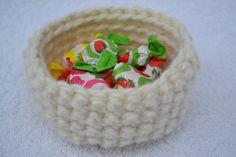 Utensilo Korb Körbchen Wolle mini weiß gehäkelt  by masche21, Dieses putzige,  wollweisse Utensilo läßt sich mit Süßigkeiten,  Obst uvm. befüllen. Auch als Geschenkskörbchen ...