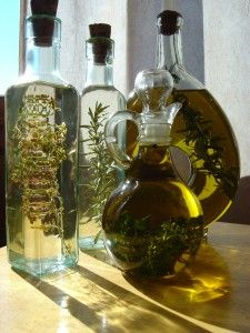 STAR 05 How to make herb-infused oils Flavored Oils, Infused Oils, Herbal Oil, Growing Herbs, Jar Gifts, Canning Recipes, Fresh Herbs, Homemade Gifts, Vinegar