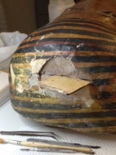 Il primo importante ritrovamento nascosto all'interno della struttura di due sarcofagi egizi della XXI dinastia eseguito dal prof.Auricchio al MRAH di Bruxelles durante l'intervento di restauro in pubblico alla mostra SARCOPHAGI
