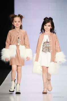Детская коллекция L'EREDE построена на сочетании разных фактур: нежных платьев в пастельных тонах и курток-косух, объемной вязки на трикотаже и гладких тканей, блестящих металлизированных и матовых тканей.