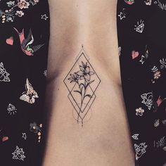Lily Sternum Tattoo with Geometric Design pretty tattoos 23 Pretty Lily Tattoo Ideas for Women Mini Tattoos, Small Tattoos, Small Lily Tattoo, Modern Tattoos, Subtle Tattoos, Tattoo Diy, Tattoo Fonts, Tattoo Ideas, Tattoo On Leg