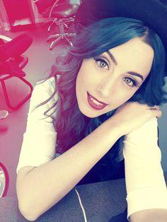 Sonia Gómez Sweet California smile blue hair beauty girl