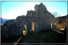 A Saint Pierre d'Entremont, au centre du massif de la Chartreuse, somnole au soleil un vieux château fort Dauphinois. Cette ruine a été durant quelques siècles la propriété des Chartreux.