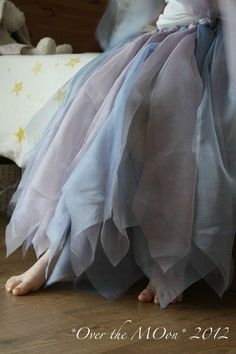 DIY a fairy Skirt with old curtains site is in French, but this looks like sheer fabric used the same way as tulle for a tutu Fairy Skirt, Fairy Dress, Steampunk Vetements, Fairy Costume For Girl, Robes Tutu, Tutu Dresses, Ideias Diy, Beautiful Fairies, Diy Clothing