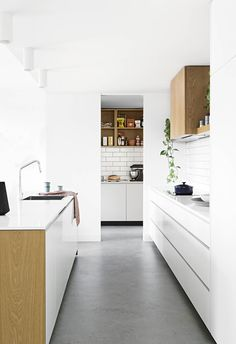 20 kitchens with clever design ideas to steal Clean and pared-back this white Scandi kitchen features a butler& pantry using the same materials as the main kitchen – including American oak veneer, subway tiles and polyurethane doors Quality Kitchens, Building A New Home, Butler Pantry, Minimalist Kitchen, Clever Design, Villa, Interior Design Kitchen, Kitchen Designs, Home Renovation