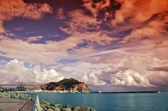 La terra del sole ci regala cieli infuocati e incantati, paesaggi unici dove viaggiare con la fantasia ed il cuore, La Sicilia