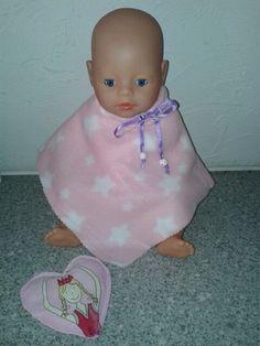 Wintercape voor baby born pop gemaakt uit restje fleece en rijsthartje voor de handjes