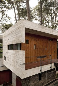 The Corallo House in Guatemala City is the work of the amazing Paz Arquitectura team. The house's beauty and design feels entirely natural even though it embodies such a modern aesthetic. Architecture Résidentielle, Beautiful Architecture, Design Exterior, Modern Buildings, Building A House, House Design, House Styles, Guatemala City, Concrete Formwork
