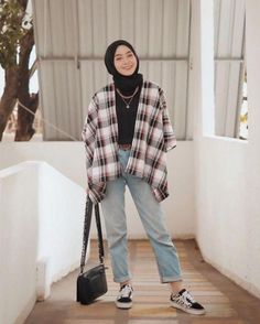 [ hijab simple Tartan outerwear from simple but chic 🤓✨ Hijab Casual, Ootd Hijab, Hijab Fashion Casual, Street Hijab Fashion, Casual Ootd, Hijab Chic, Fashion Outfits, Korean Outfits, Retro Outfits