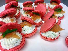 recette Macarons salés - chèvre frais ciboulette/saumon Opera Cake, Cake Decorating Piping, Dacquoise, Weird Food, Macarons, Mini Desserts, Tapas, Caprese Salad, Catering