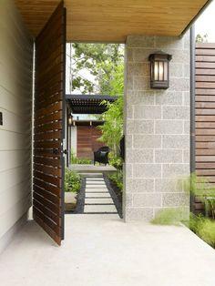 Gartentür mit Metall-Rahmen und Holzdielen-Füllung