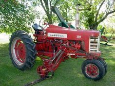 FARMAL 300 check out that sickle bar set up. International Tractors, International Harvester, Tractor Implements, Farmall Tractors, Old Farm Equipment, Case Ih, Transportation Design, Bar Set, Farming
