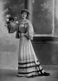Afternoon dress by Paquin, photo by Reutlinger, Les Modes May 1902