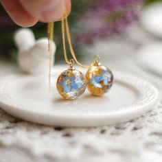 Botanical resin and gold earrings. Jewelry made using real flowers Simple Jewelry, Cute Jewelry, Boho Jewelry, Jewelry Crafts, Jewelery, Handmade Jewelry, Jewelry Design, Silver Jewellery, Jewelry Ideas
