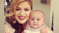 Kelly Clarkson is sharing a new photo of her tot.