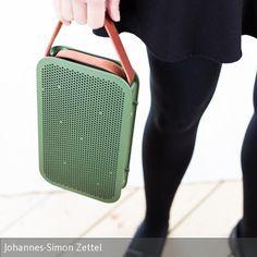 Der BeoPlay A2, die Herrenhandtasche unter den Bluetooth-Lautsprechern, kommt im schlanken Frühstücksbrettchen-Format daher, wiegt etwas über 1 Kilogramm... #bangolufsen #beo #beoplay #speaker #music #design