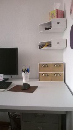 Platzsparend im Arbeitszimmer. Holzordner als Regale verwenden.