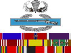 cintas e insignias del mayor Richard Winters obenidas en su carrera militar.Winters fue la isnpiracion para la serie Band Of Brothers