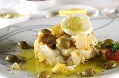 Bacalhau com batatas, azeitonas, azeite e ovos