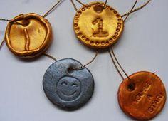 Als je deze medailles van speelklei maakt kan je ze in de oven bakken.