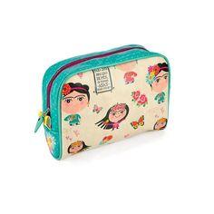 A Necessaire de Viagem Grande Frida é muito linda! Seu tamanho amplo a torna perfeita para guardar tudo que você precisa no dia-a-dia ou em viagens. Confira!