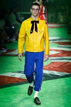 """É interessante perceber como Alessandro Michele incluiu a palavra """"future"""" em várias peças e, ainda assim, tantos looks da sua Gucci nessa primavera-verão 2017 apresentada na Semana de Moda Masculina de Milão"""