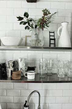 vitt kakel i köket, industristil, industriellt kök, bär i vas, frukter, från trädgården, på hylla i köket, kitchen, industrial, style, vita detaljer, svart och vitt, kök 2014, hth kök, höganäs skål, vas, eva solo termos,