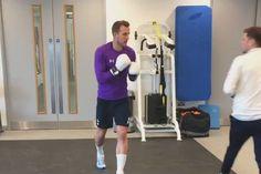 Piłkarz Tottenhamu Hotspur ćwiczył z trenerem boksowanie • Tak wyglądał niecodzienny trening Harry'ego Kane'a • Wejdź i zobacz film >> #kane #spurs #tottenham #football #soccer #sports #pilkanozna
