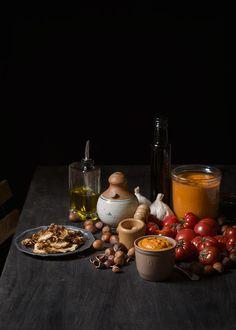 Receta con vídeo de la salsa de romesco de Joan Roca, con los tomates y los ajos confitados en aceite de oliva. Con dudas y consejos para que salga fetén. Dips, Table Decorations, Desserts, Eat, Hummus, Gastronomia, Salads, Garlic Sauce, Spices And Herbs