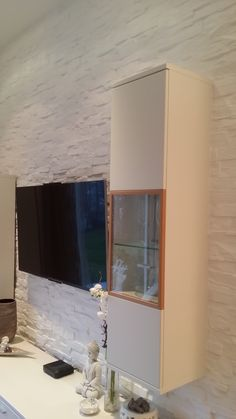 Steinwand  mit eingebauten Möbeln im Wohnzimmer   mit  Steinwänden von Gewena