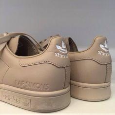 Adidas by Raf Simons, quand un géant du sportswear s'allie à un créateur visionnaire. Adidas et Raf Simons collaborent depuis 5 saisons pour proposer une collection de sneakers aussi confortables que pointues. Les Stan Smith se voient ainsi revisitées. Pour A/H'15-16 et parmi la nouvelle palette, je recommande celle-ci. Une couleur poussière-sable qui fleurent bon l'automne, le cuir et le bon goût. Le modèle est disponible sur le site Sneakerboy. .