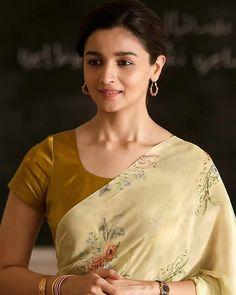 Hot Actresses, Beautiful Actresses, Indian Actresses, Indian Actress Hot Pics, Actress Photos, Alia Bhatt Saree, Alia Bhatt Photoshoot, Kiara Advani Hot, Bengali Bridal Makeup