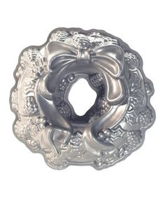 This pan makes a cake that's the perfect edible centerpiece. Details show pine cones and a flowing holiday bow. It's made out of durable cast aluminum with a nonstick finish for easy release.