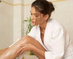 Kulit  kering biasanya disebabkan oleh banyak faktor, terlalu sering  mandi dan menggosokan sabun  batang langsung ke kulit bisa juga  jadi penyebabnya.