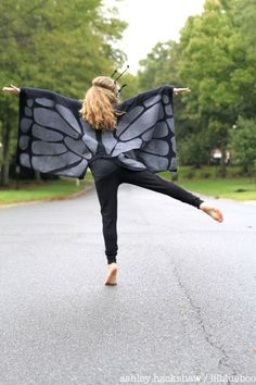 "To make my daughter's ""phantom"" butterfly costume I used two large t-shirts and some fabric paint to create these DIY butterfly wings. Fairy Costume Diy, Diy Costumes, Bat Costume, How To Make Butterfly, Butterfly Wings, Animal Costumes For Kids, Monarch Butterfly Costume, Diy Wings, Recycled T Shirts"