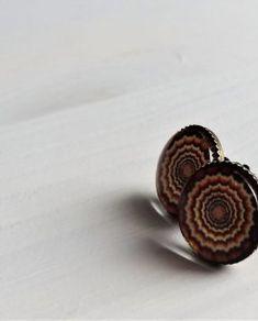 Kolczyki Halucynacje | Glass Wood Me  Ręcznie wykonane kolczyki z ciekawą grafiką. Grafika ma bardzo ładne, nasycone barwy. Przykrywające ją wypukłe szklane oczko daje złudzenie trójwymiaru.  Kolczyki z biglami typu wkrętki, w kolorze antycznego brązu.  Średnica elementu dekoracyjnego to 12mm.  Zapakowane w ozdobny woreczek.    Kolczyki nie są odporne na wodę, więc należy pamiętać o ich zdejmowaniu przed kąpielą.