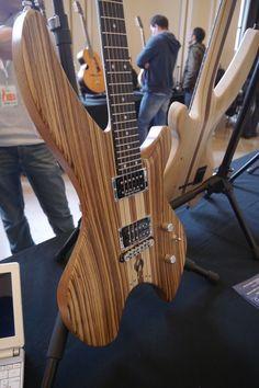 Interview express de Sébastien Camus, luthier de Sledge guitars (http://sledge-guitars.com/)  Un luthier à découvrir en moins de 4 minutes chrono !  Que pensez-vous de la forme élancée de ses guitares ?