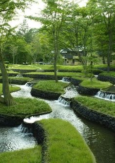 Natural Water Feature ~ green & white #garden_water_stream