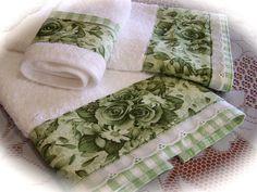 Toalha de banho definido para a casa de banho verde e branco. Então toalhas decorativas e chique.