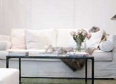 Vit Gasellen soffa. Avtagbar klädsel, vardagsrum, romantisk, möbler, inredning, lantlig, marmorbord, marmor, bord. http://sweef.se/soffor/290-gasellen-soffa-allt-i-hemmet-.html