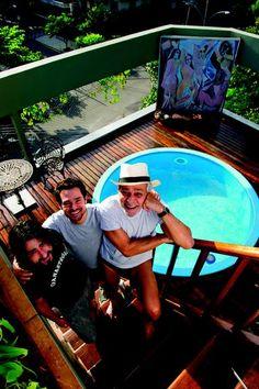 Conheça 35 luxuosas e modernas piscinas dos famosos