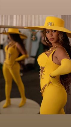 Beyonce showcases her glamorous concert ensembles as she posts throwback snaps from her recent tour Beyonce 2013, Estilo Beyonce, Beyonce Knowles Carter, Beyonce Style, Beyonce And Jay Z, Beyonce Beyonce, King B, Destiny's Child, Queen B