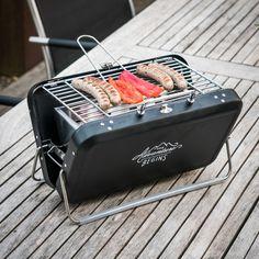 Mobile Barbecue-Station für Outdoor-Freunde und -innen: Der superpraktische Wild & Wolf Grill Koffer aus solidem Metall und verwegener Optik.