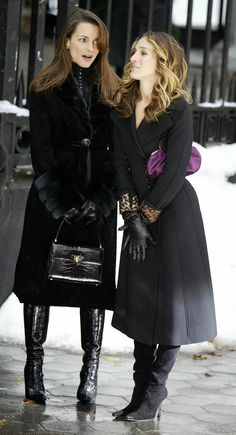 One of my favorite shows Sex & the City features beautiful clothing and high fashion. Here Carrie Bradshaw and Charlotte Yorke each sport long leather gloves similar to those made by Ines. Gloves Fashion, Fashion Tv, High Fashion, Winter Fashion, Fashion Outfits, Fashion Heels, Fashion Beauty, Estilo Carrie Bradshaw, Carrie Bradshaw Outfits