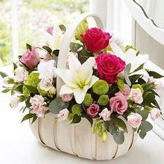 New basket flower arrangements roses Ideas Basket Flower Arrangements, Funeral Flower Arrangements, Beautiful Flower Arrangements, Flower Centerpieces, Floral Arrangements, Beautiful Flowers, Flower Baskets, Church Flowers, Funeral Flowers