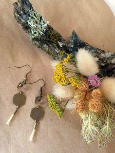 Boucles d'oreilles alveolées bronze et crin de cheval via melbandthebird. Click…