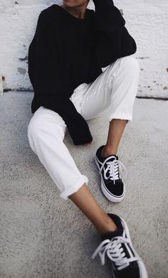 calça jeans branca com tênis vans e blusão preto