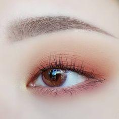 korean eye makeup tutorial step by step . Korean Makeup Look, Korean Makeup Tips, Asian Eye Makeup, Korean Makeup Tutorials, Skin Makeup, Makeup Eyeshadow, Beauty Makeup, Makeup Monolid, Makeup Inspo
